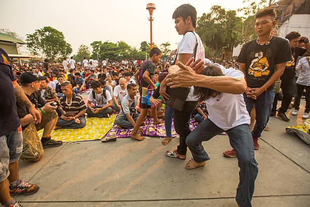 die teilnehmer von großen tag der zeremonie können khuen khong an - buddhist tattoos stock-fotos und bilder