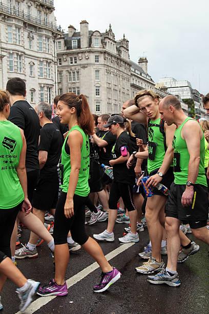 die teilnehmer der wettlauf british 10 k london run 2012 - nike damen sneaker stock-fotos und bilder