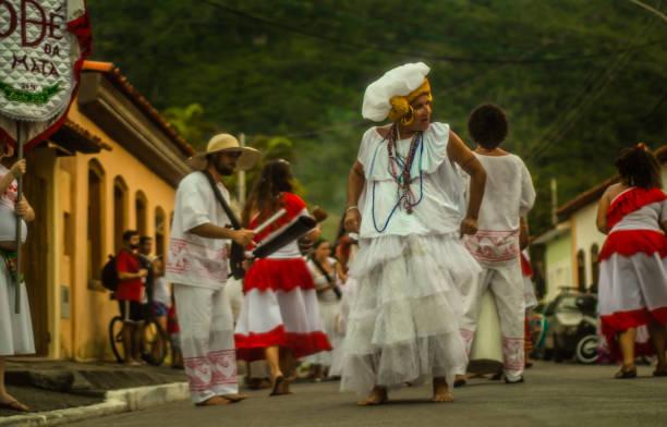 Os participantes do grupo Odé da Mata encenar o maracatu - foto de acervo