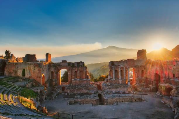 Insbesondere der antiken Theater von Taormina mit ausbrechenden Vulkan Ätna bei Sonnenuntergang – Foto