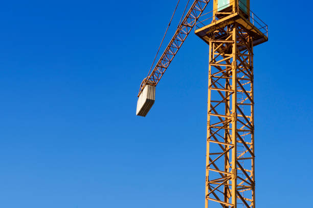particular yellow tower crane - foto stock