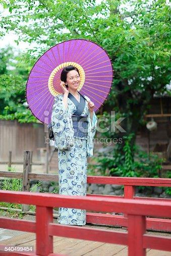 電話をする日本人女性 着物美人 京都
