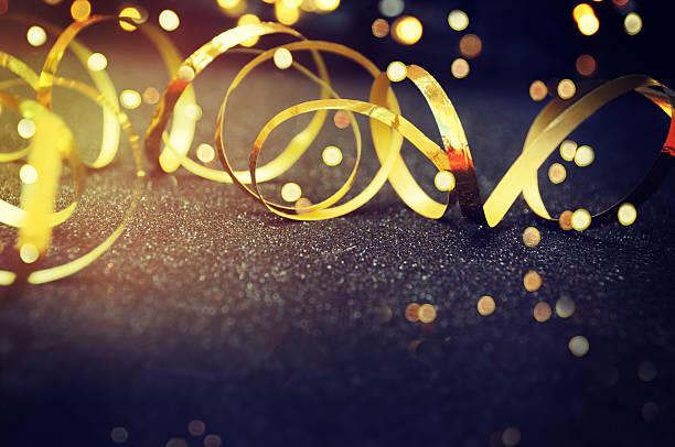fiesta fondo con luces y serpentine - agradecimiento fotografías e imágenes de stock