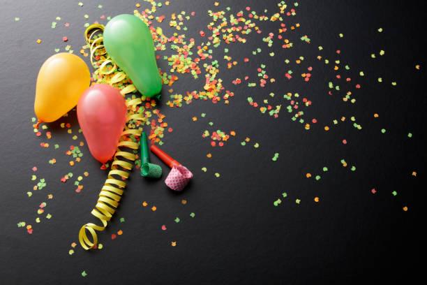 party: balloons, streamer, confetti and party horn blower still life - balão enfeite imagens e fotografias de stock