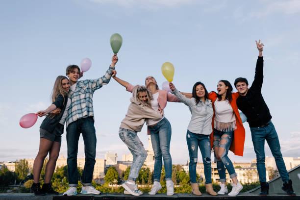 party feiern. junge menschen unternehmen - geburtstagsgeschenke für beste freundin stock-fotos und bilder