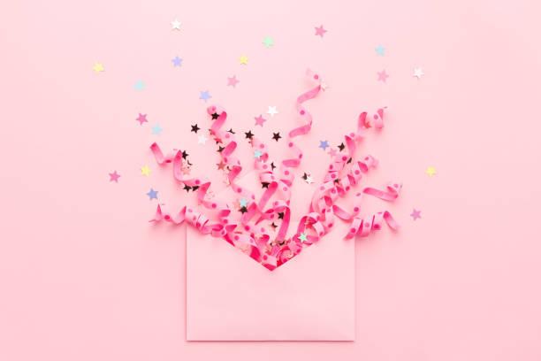 Party Konfetti-Explosion von Streamern und Pastell-Stars aus Umschlag. – Foto