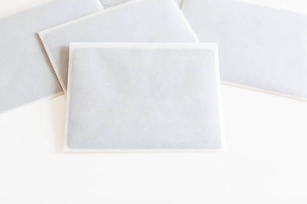 party, hochzeitskonzept schaffen. in einige kleine weiße umschläge für einladende gast feier gemacht transparent reispapier auf die workdesk gibt es dunkle schwarze karten - hochzeitskleid marken stock-fotos und bilder