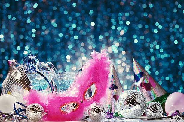 party dekoration mit disco-bälle und feder-maske - eis ballons stock-fotos und bilder