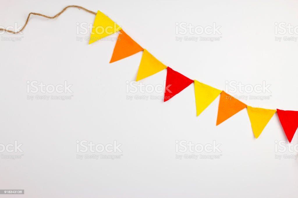 Fiesta de banderas colgadas en fondo blanco. decorar artículos para fiesta. celebrar el evento - foto de stock