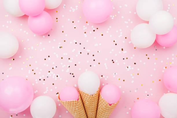party oder geburtstag hintergrund mit pastell luftballons in der waffel eis kegel und konfetti draufsicht. flach zu legen. - eis ballons stock-fotos und bilder