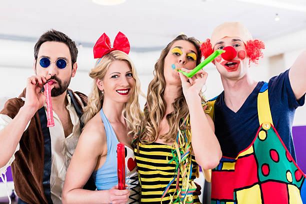 Les personnes célébrant la fête du carnaval ni celle du Nouvel An - Photo