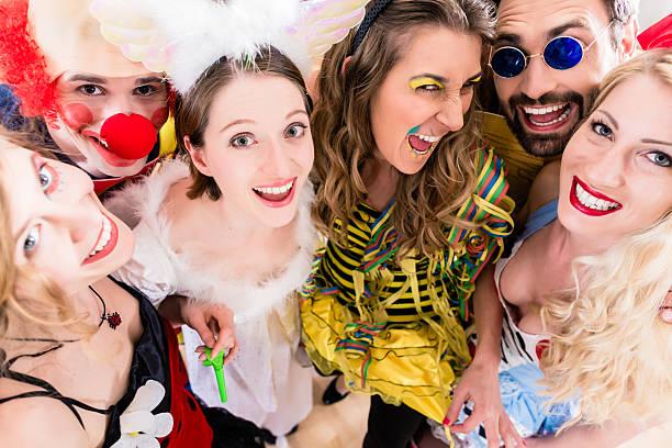 party-leute feiern karneval oder silvester - freund kostüme stock-fotos und bilder