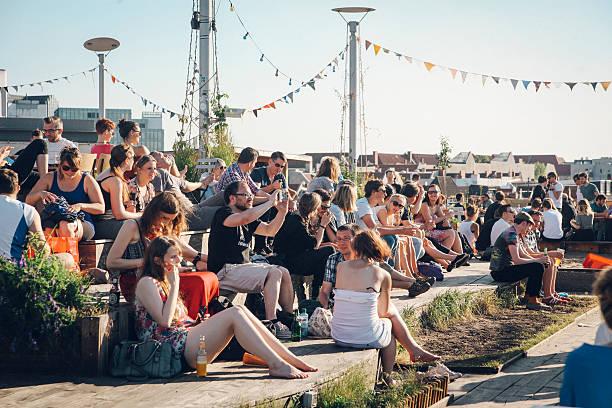 party-leute auf die dächer berlins - kreuzberg stock-fotos und bilder