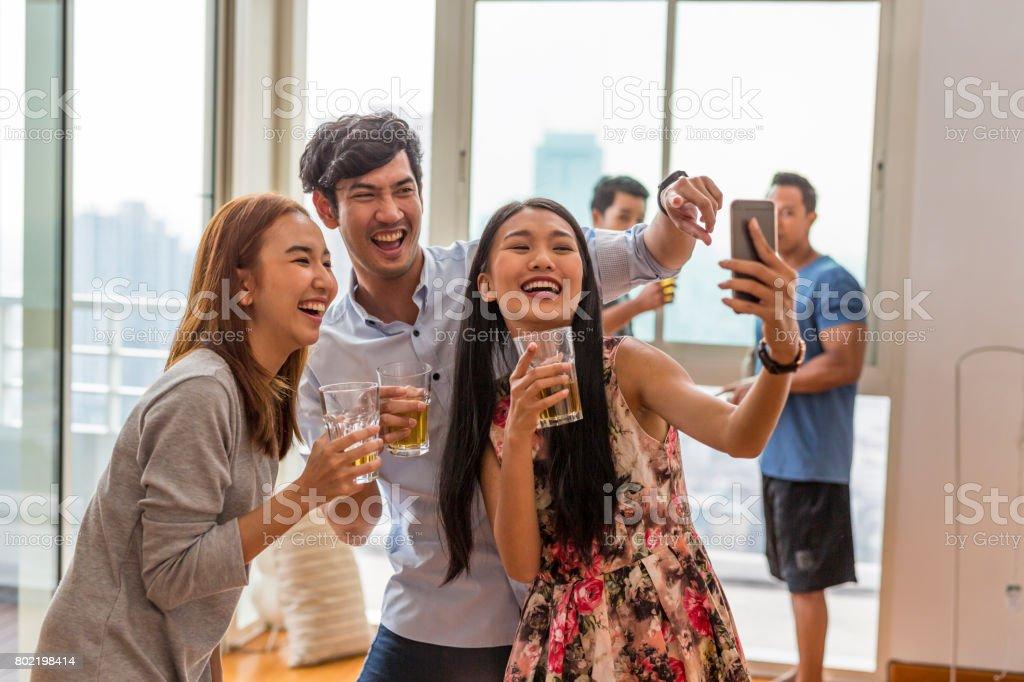 Selfie parti amis asiatiques - Photo