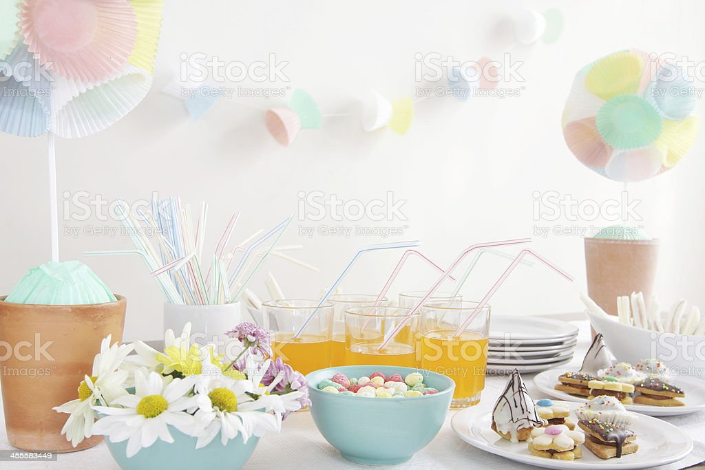 Party table with daisies, cupcake liner topiary and garlands​​​ foto