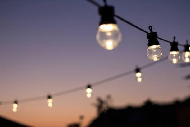 party-zeit - terrassen lichterketten stock-fotos und bilder