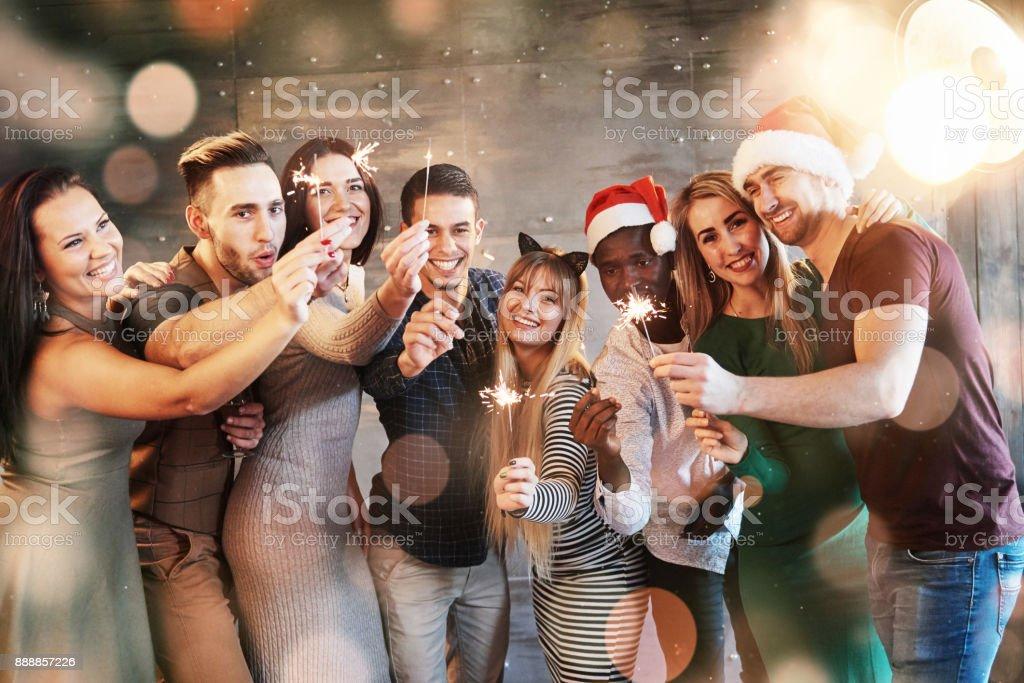 Party mit Freunden. Gruppe von fröhlichen jungen Menschen mit Wunderkerzen und Sektgläser. Bokeh weichen Lichteffekt. – Foto
