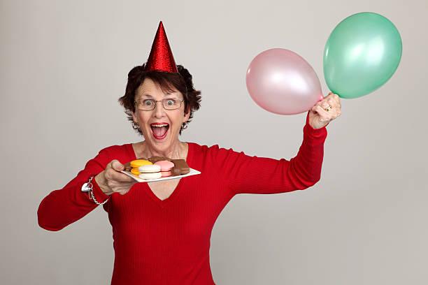 party frau mit snacks - super torte stock-fotos und bilder