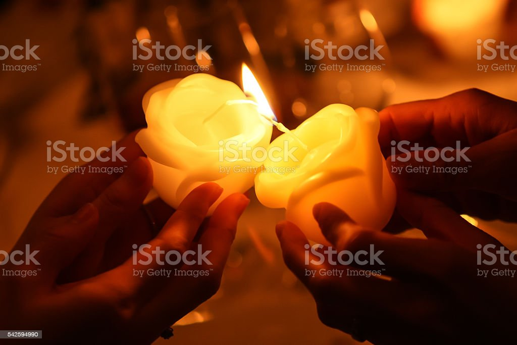 pass the fire of candles - Royaltyfri Andlighet Bildbanksbilder