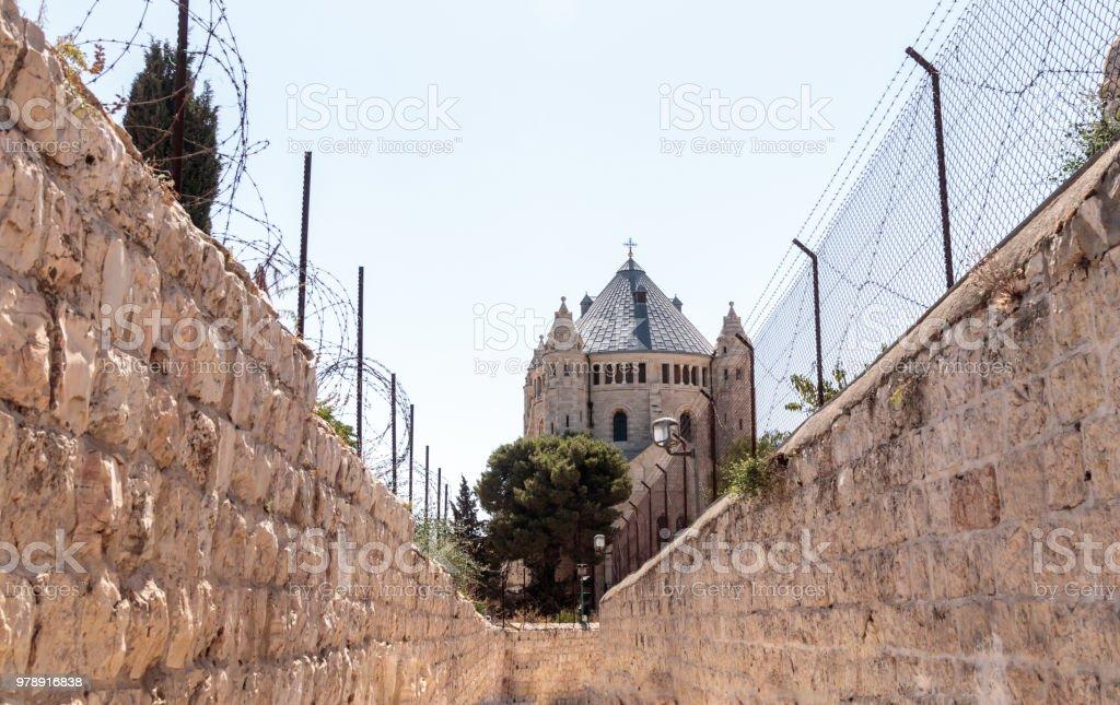 Paso a lo largo de la estrecha calle HaShalom de Ma'ale a la Abadía de la Dormición en el remolque antiguo en Jerusalén - foto de stock