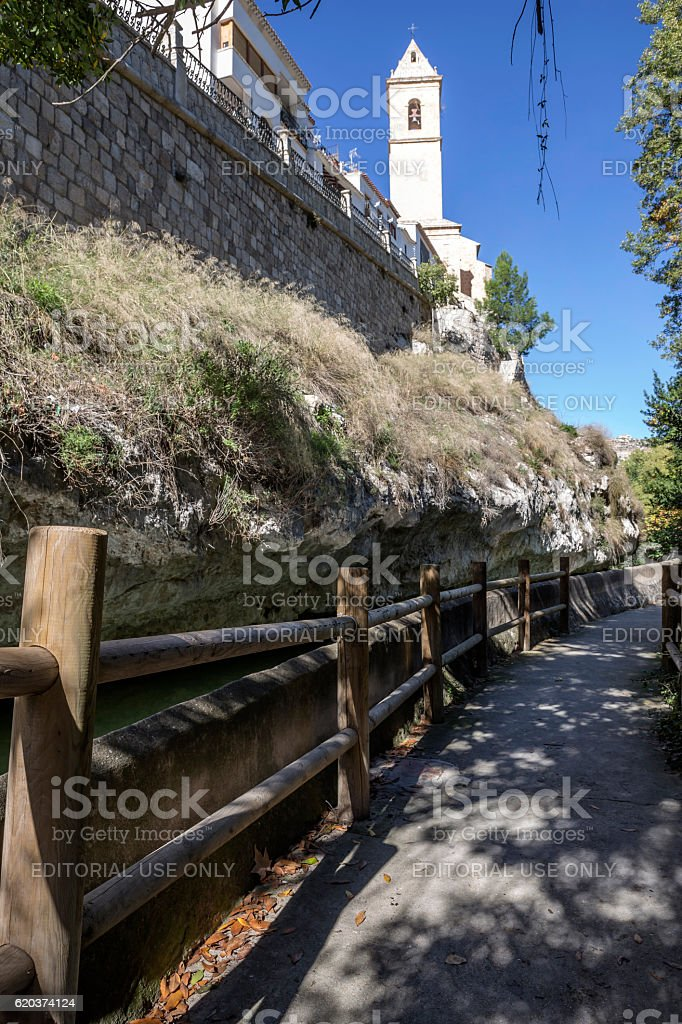 Passage along the river Jucar, church of San Andres foto de stock royalty-free