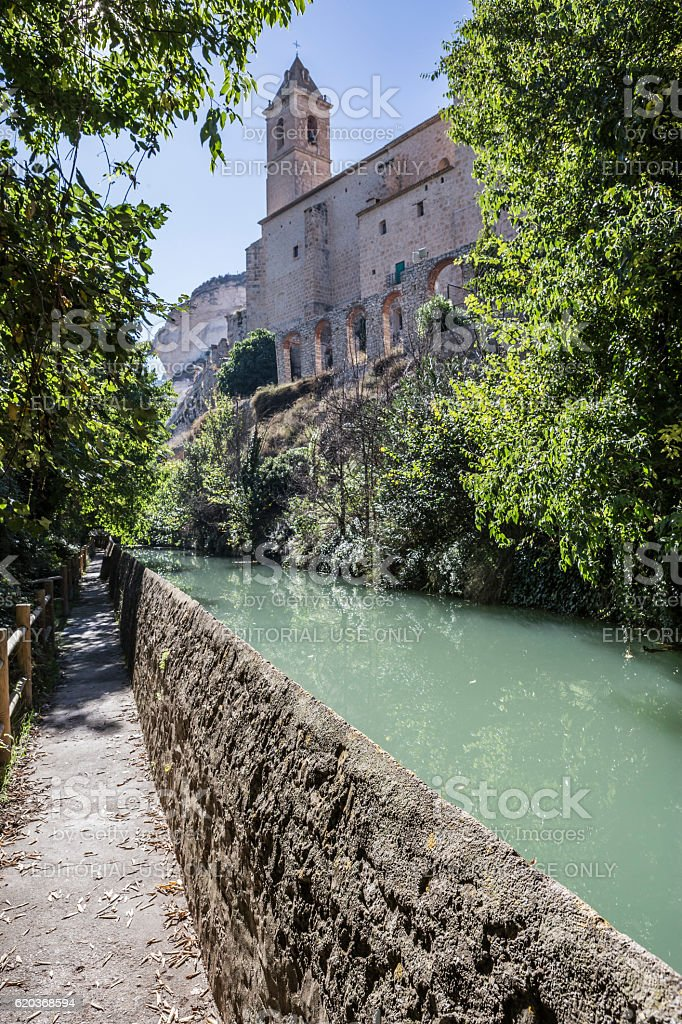 Passage along the river Jucar, the church of San Andres, foto de stock royalty-free