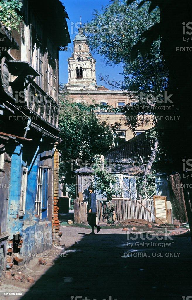 Pátio de passagem da Rússia antiga casa dos tempos do Império Russo, na parte central da cidade velha - Foto de stock de 1990-1999 royalty-free