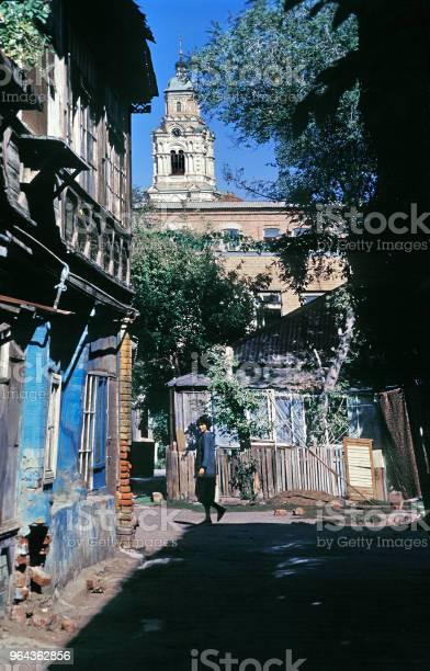 Foto de Pátio De Passagem Da Rússia Antiga Casa Dos Tempos Do Império Russo Na Parte Central Da Cidade Velha e mais fotos de stock de 1990-1999