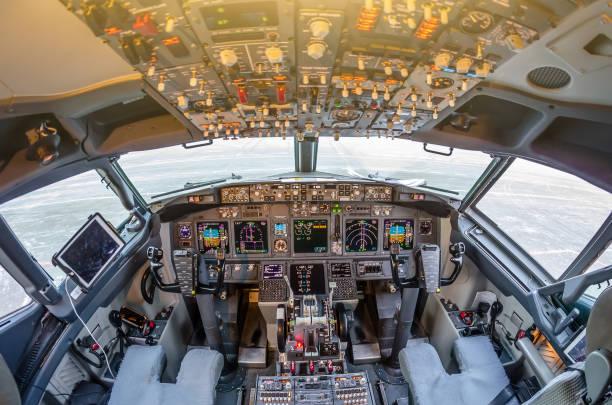 여객 항공기 인테리어, 엔진 전원 제어 및 현대 시민 여객 비행기의 조종석에 다른 항공기 제어 장치. - 조종석 뉴스 사진 이미지