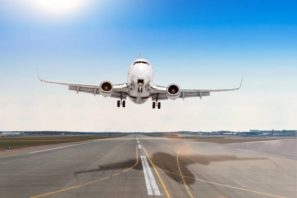 aviones de pasajeros con una sombra de fundido en el aterrizaje en un aeropuerto de pista de asfalto. - aterrizar fotografías e imágenes de stock