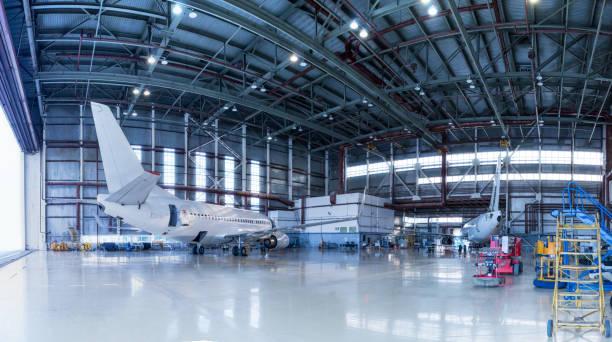 Passagierflugzeuge in Wartung. Überprüfung mechanischer Systeme für den Flugbetrieb. Panorama der Flugzeuge im Hangar – Foto