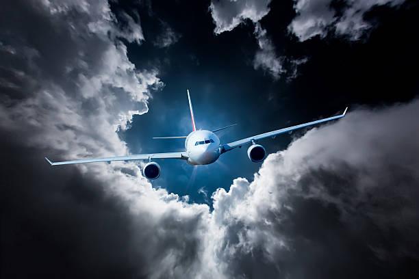 passenger airliner in the sky - 亂流 個照片及圖片檔