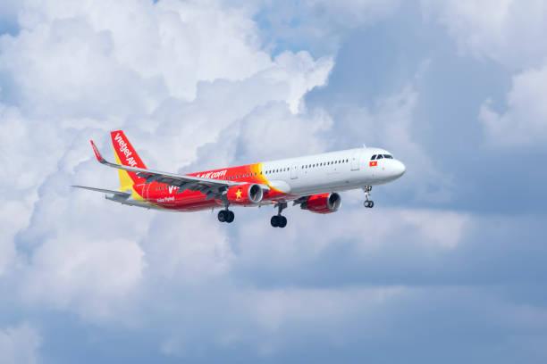 Passagierflugzeug Airbus A321 von VietJet Air fliegt über Stadt – Foto