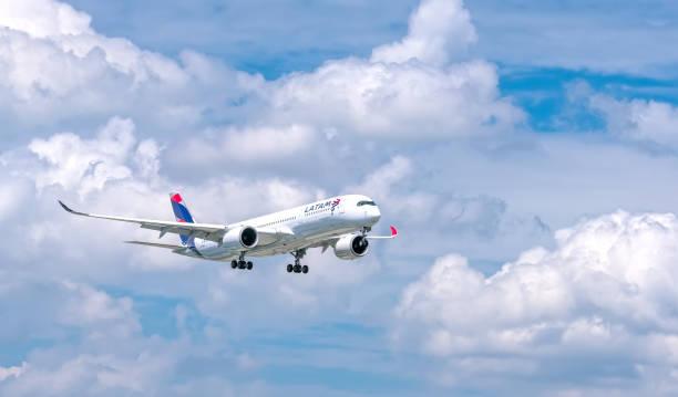 Passagierflugzeug Airbus A350 von LATAM Airlines fliegt über Stadt und bereitet sich auf Landung vor – Foto