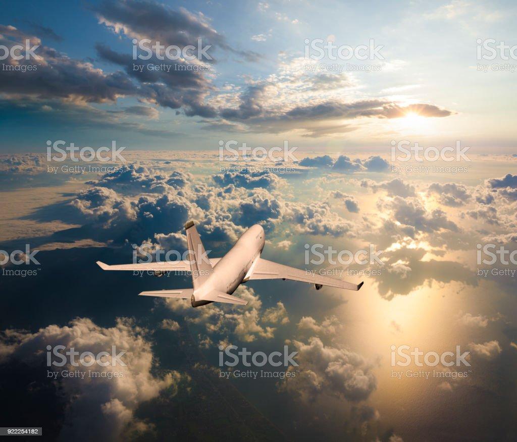 Passagier Flugzeug fliegen über den Wolken bei Sonnenuntergang – Foto