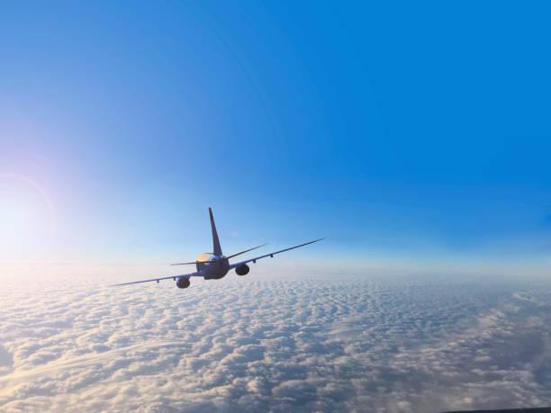 Passagierflugzeug fliegen über den Wolken – Foto