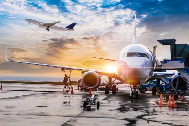 avión de pasajeros preparándose para el vuelo - avión fotografías e imágenes de stock