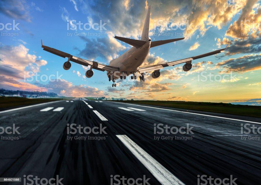 Passagier Flugzeug Landung bei Sonnenuntergang  – Foto