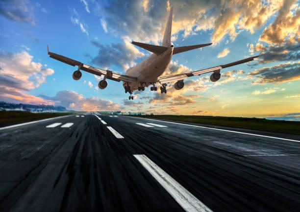 pasajero; avión aterrizando al atardecer - aterrizar fotografías e imágenes de stock