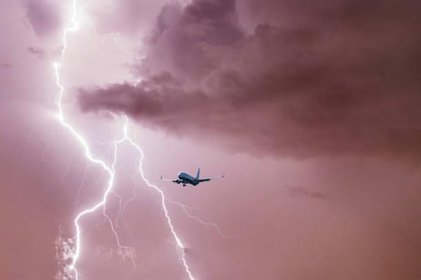 在暴風雨天氣下降落在閃電背景下的客機 - 亂流 個照片及圖片檔