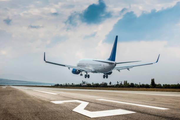 aterrizaje de avión de pasajeros - avión fotografías e imágenes de stock