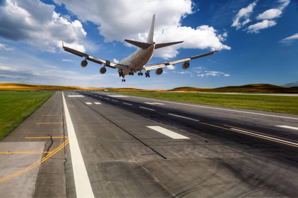 aterrizaje de un avión de pasajeros - aterrizar fotografías e imágenes de stock
