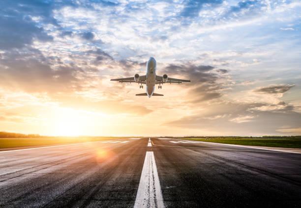 pasajeros de tomar al amanecer - avión fotografías e imágenes de stock