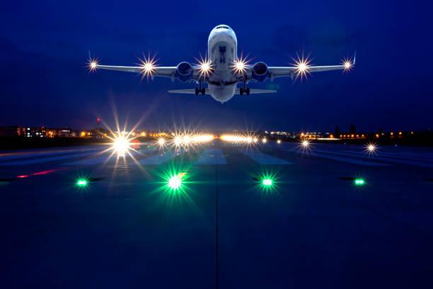 Passagierflugzeug hebt nachts ab – Foto