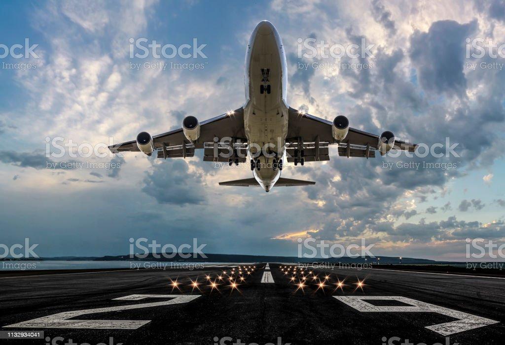 선셋에서 이륙 하는 여객 비행기 - 로열티 프리 0명 스톡 사진