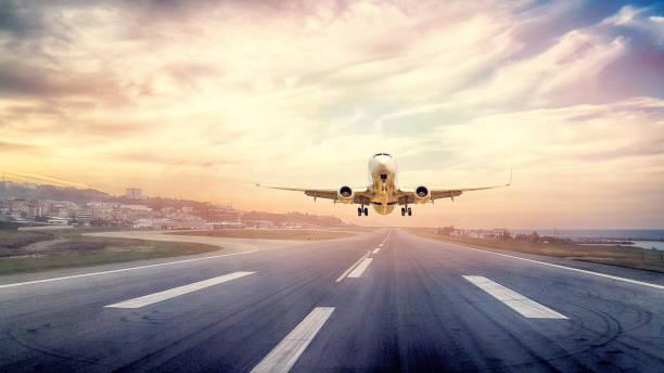 pasajeros de avión despegando en puesta de sol - aterrizar fotografías e imágenes de stock