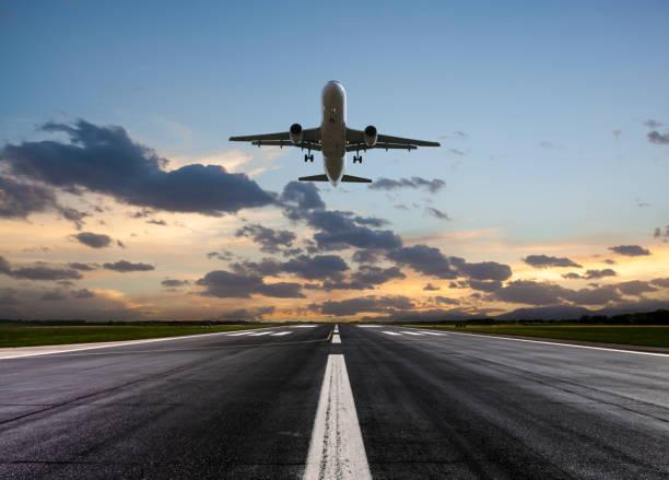 passenger airplane taking off at sunset - lądować zdjęcia i obrazy z banku zdjęć