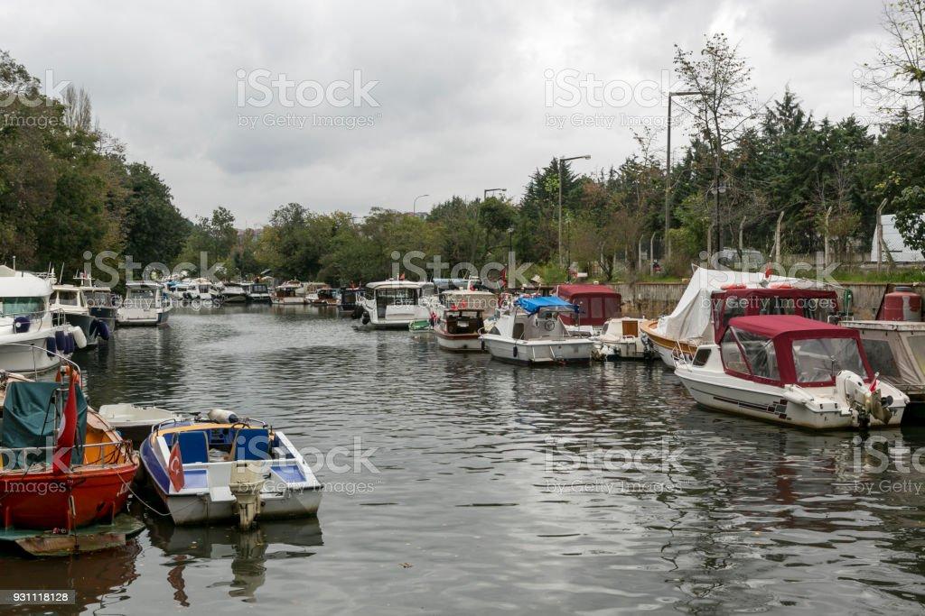 yolcu ve balıkçı tekneleri, İstanbul 'un Anadolu yakasının ünlü Göksu Nehri dereye - Royalty-free Anadolu Stok görsel