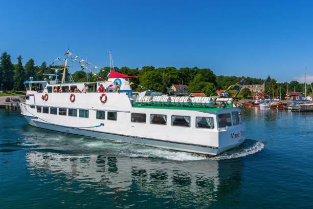 passagerarbåt med turister på väg in i visingsö hamn i sverige - ferry lake sweden bildbanksfoton och bilder