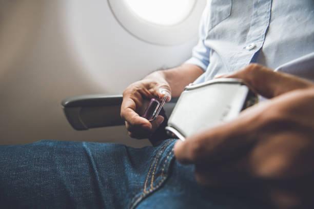 坐在飛機上的乘客緊固安全帶 - 亂流 個照片及圖片檔